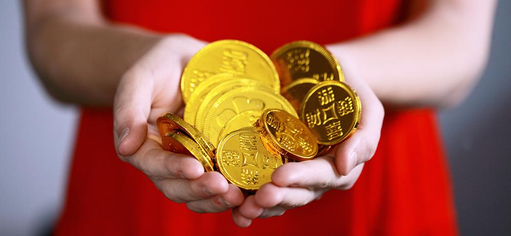 En person med guldpengar i händerna.