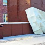 Stor pappersnäsduk lutar mot en vägg.