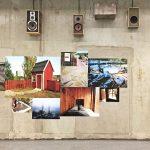 Flera olika bilder och högtalare på sliten betongvägg.