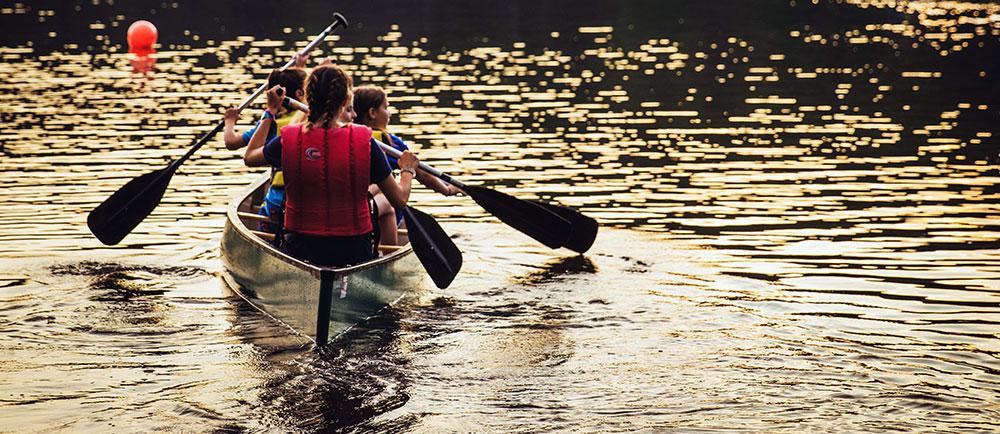 Kanotpaddlande i lugnt vatten