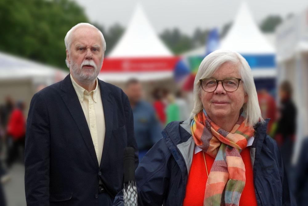 Lennart och Annika omgivna av tält och besökare på Järvaveckan.