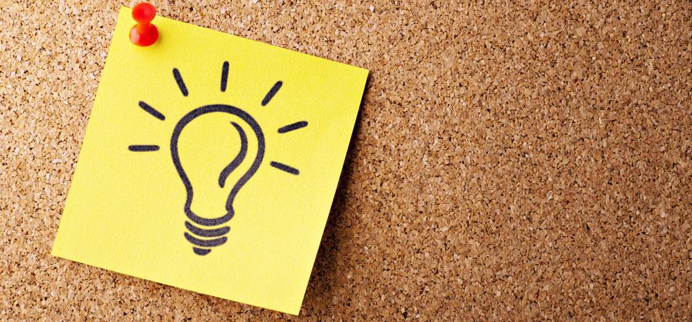 En lapp på en korktavla visar en teckning av en glödlampa - en lysande idé