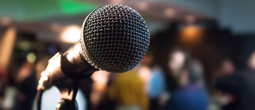 mikrofon framför folksamling