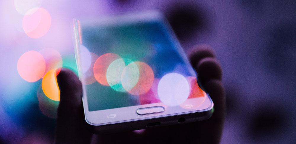 telefon reflekterar mångfärgade lampor