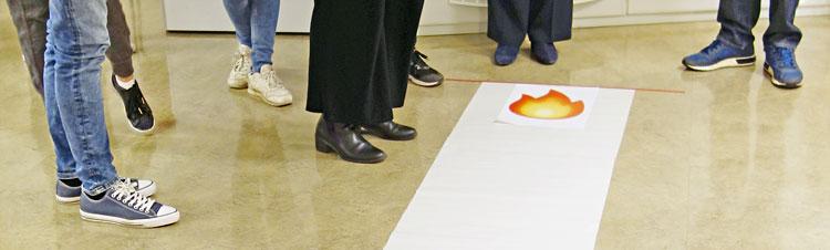 folksamling intill eld-emojin, som representerar heta frågor
