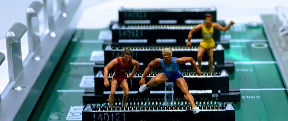 Små plastfigurer tävlar i häcklöpning, där häckarna är gjorda av komponenter på ett mikrochip.