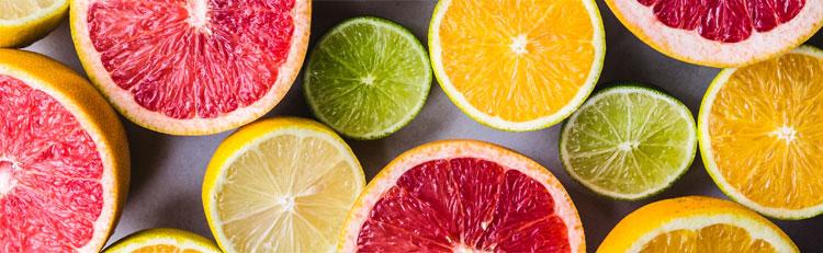 Olikfärgade citrusfrukter