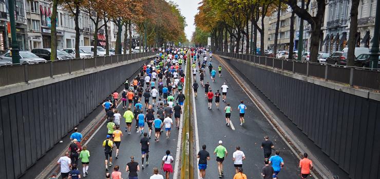 en grupp löpare i färglada kläder