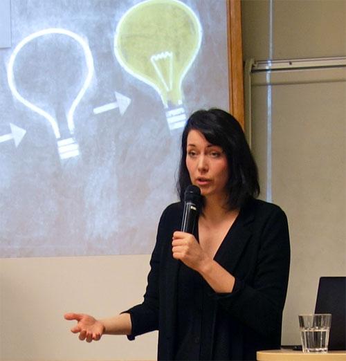 Johanna Wester framför en projektorbild av en lysande glödlampa