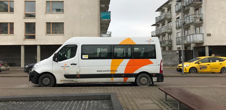 Samtransbil och en taxi ute i trafiken