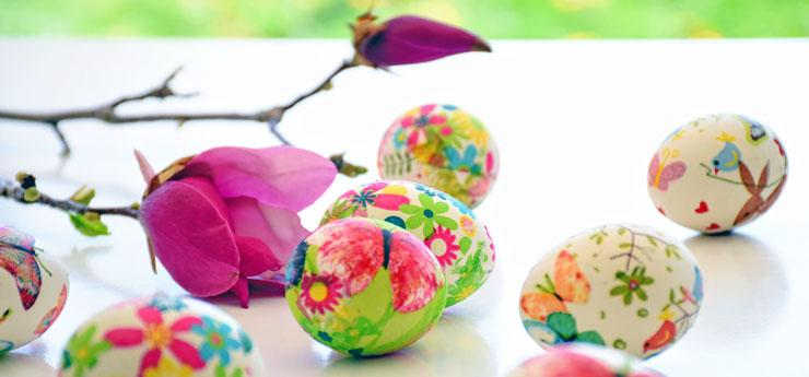 Färggrant dekorerade påskägg