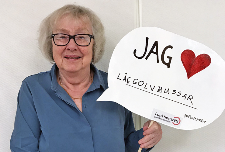 Inge-Britt Lundin håller upp en skylt med texten jag hjärta låggolvbussar