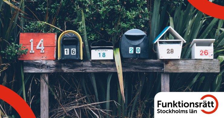 En rad med olika brevlådor
