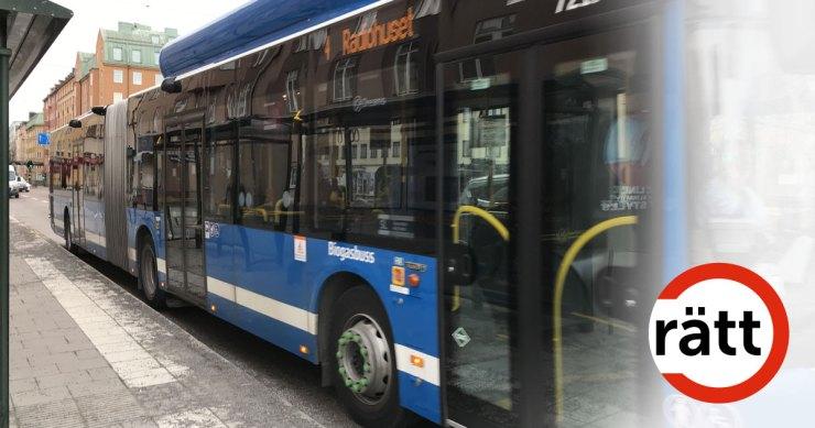En blå buss vid en busshållplats.