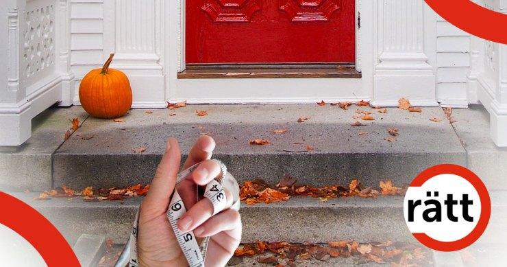 En hand håller ett måttband framför en trapp.