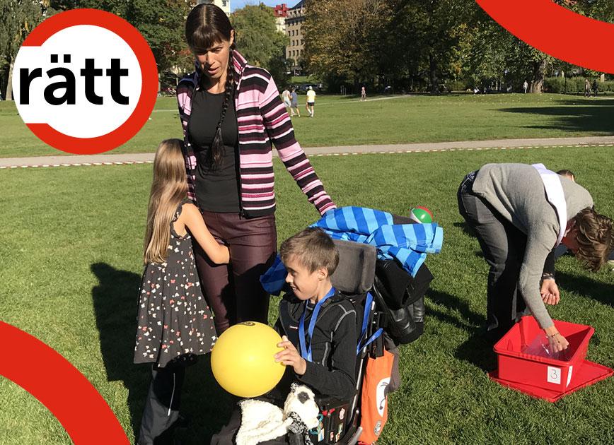 Ett barn i rullstol leker med en boll, medan ett annat barn kramar sin mamma.