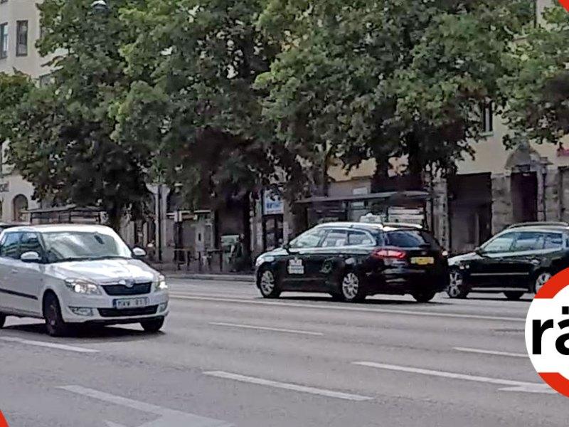 Taxi och andra bilar i trafiken.