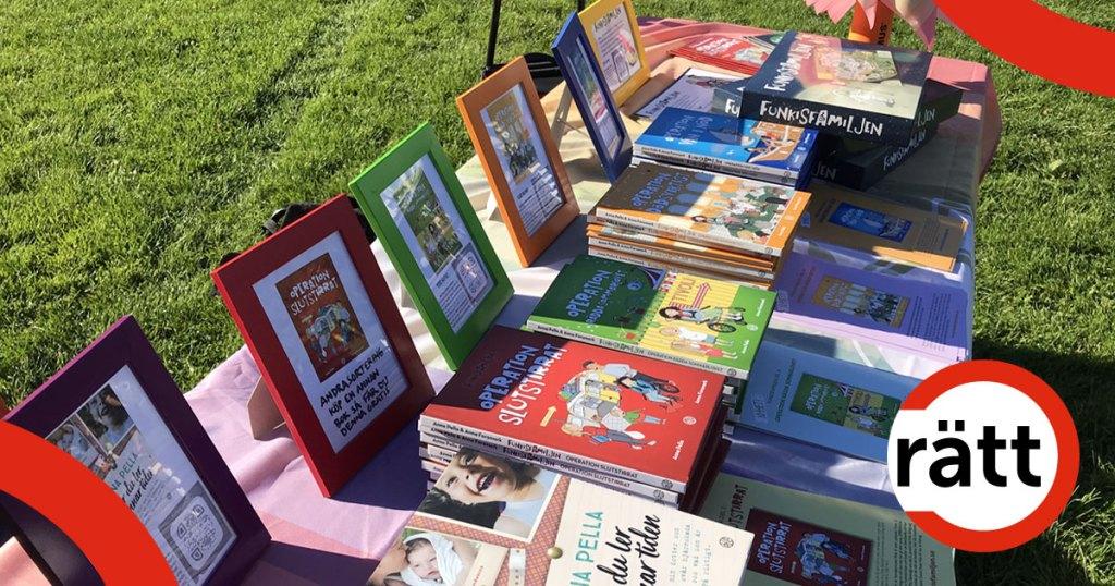 Ett bord med flera barnböcker.