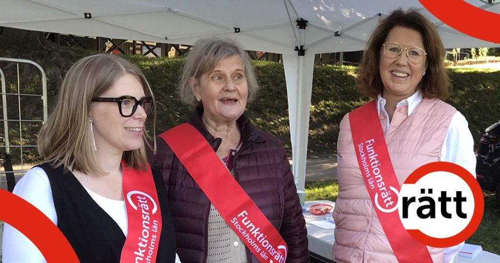 Tre leende kvinnor i röda ordensband dekorerade med funktionsrätt Stockholms läns logga.